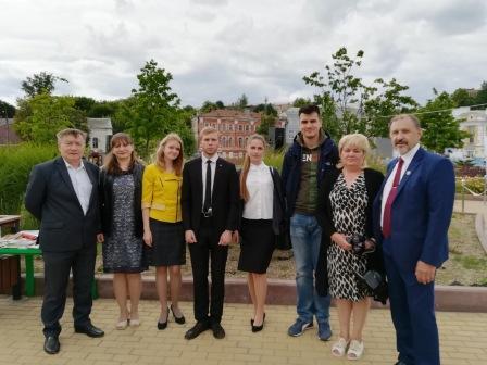 Молодые поэты читали стихи на Славянской площади