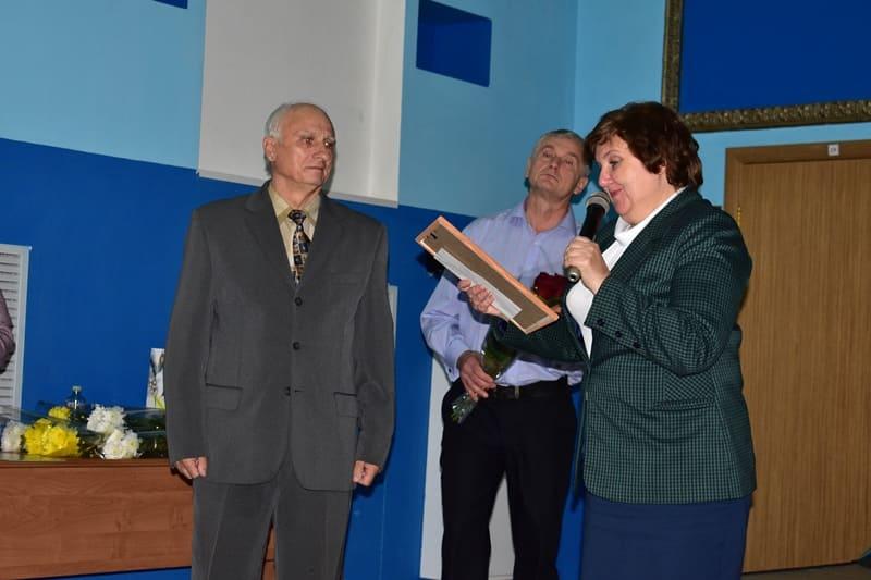 Л.Я. Горохова вручает благодарность П.П. Кузнецову