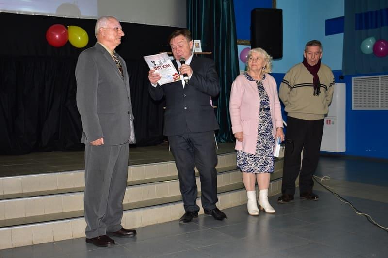 Владимир Сорочкин вручает Благодарственное письмо Петру Кузнецову